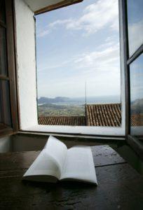 Phantastischer Blick aus dem Fenster des Zimmers Nr. 10 in die Weite der KŸste von Mallorca. Ein stiller Moment, einzig das Buch flattert im aufkommenden Wind.